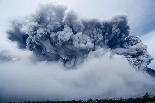 Klyuchevskoy volcano threw another pillar of ash in Kamchatka