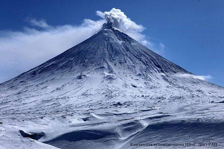 A giant pillar of ash threw Klyuchevskoy volcano in Kamchatka