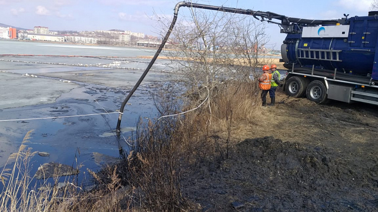 Fuel oil spill continues to be liquidated in Primorsky Krai