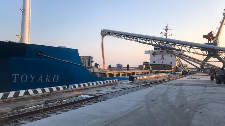The first batch of grain was shipped to the port of Zarubino