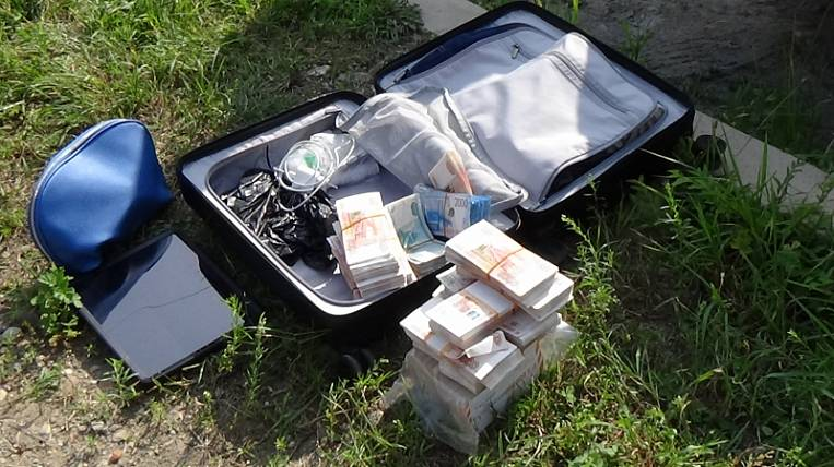 A businessman from Birobidzhan forgot a suitcase with 15 million rubles on the street
