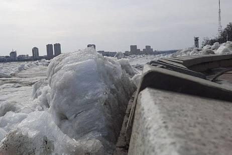 Ice hummocks damaged the embankment in Blagoveshchensk