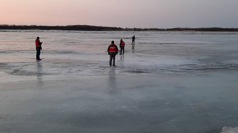A car with people fell through the ice in the Khabarovsk Territory