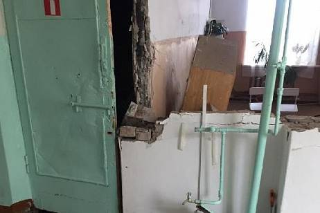The wall collapsed in one of the schools of Primorye