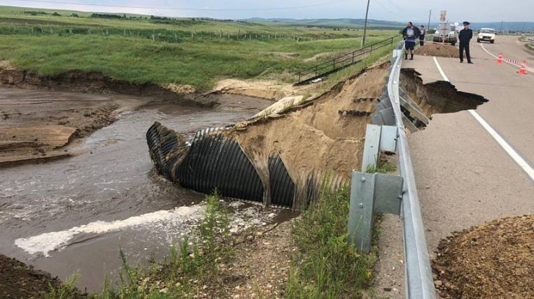 """Flood eroded a section of the federal highway """"Amur"""" in Transbaikalia"""