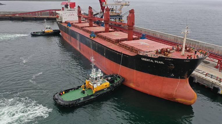 Port workers Vanino are testing new equipment in the Khabarovsk Territory