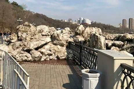 Ice drift demolished the fence on the embankment of Khabarovsk