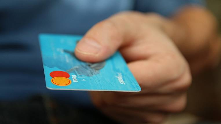 Less credit cards began to be issued in Russia
