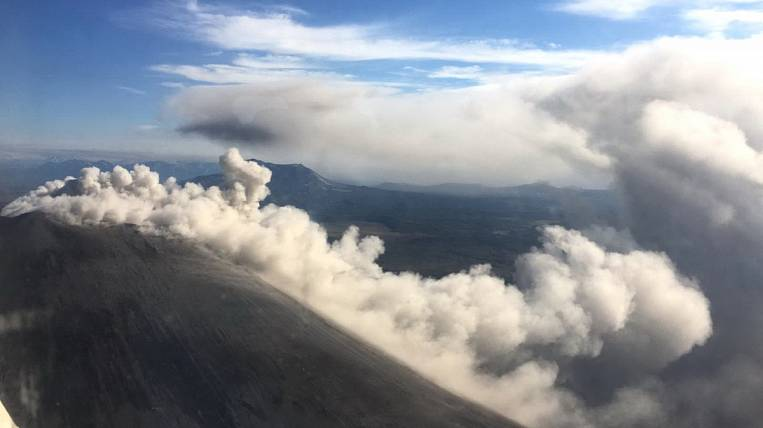 Karymsky volcano throws out ash 2,5 km in Kamchatka