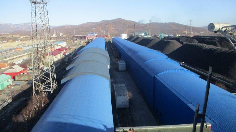 The technology of additional protection of cars with coal from the wind was developed by the specialists of Port Management Company LLC and Vostochny Port JSC.