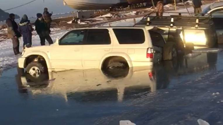 About 20 cars went under the ice in Vladivostok
